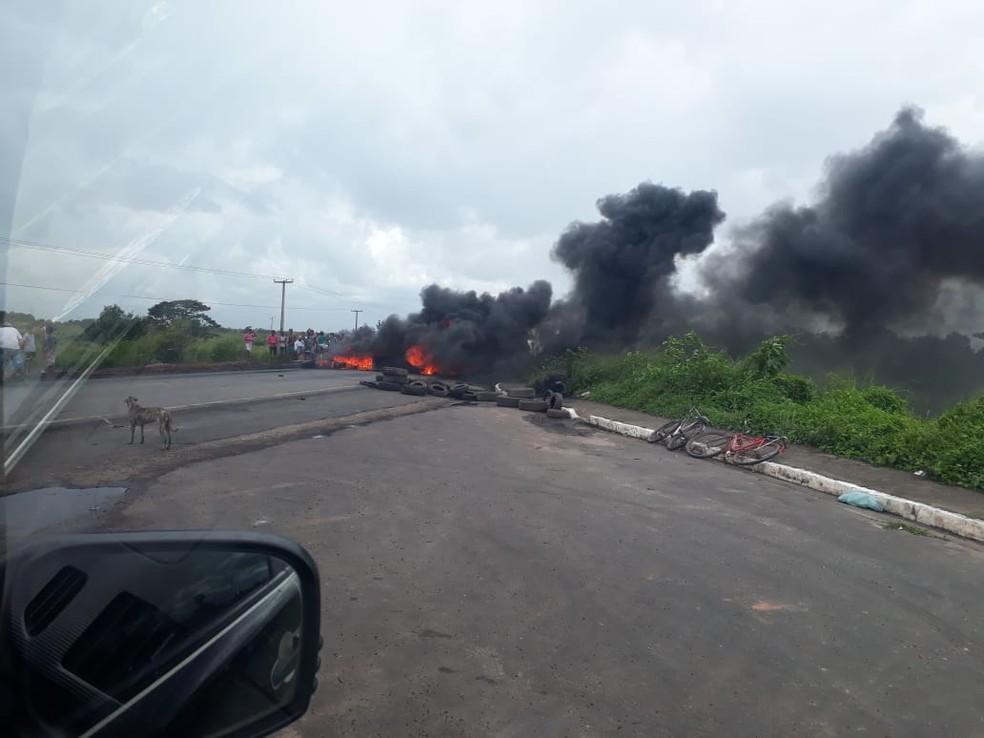Estudantes tocam fogo e fecham por completo a rodovia — Foto: Divulgação/PRF