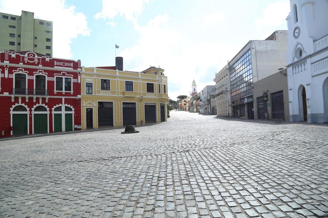 Cinco mil trabalhadores de bares, restaurantes e lanchonetes foram demitidos, em Curitiba, após bandeira vermelha, diz Abrasel