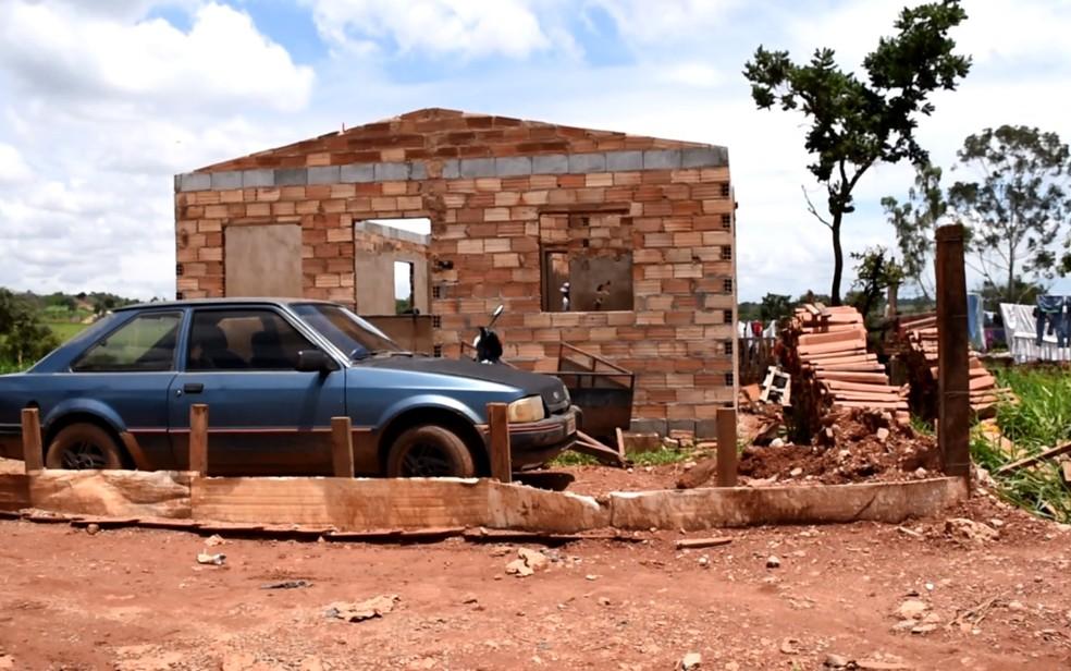 Moradores se unem para construir casas no Setor Terra do Sol, que fica próximo a aterro sanitário de Aparecida de Goiânia — Foto: Vitor Santana/G1