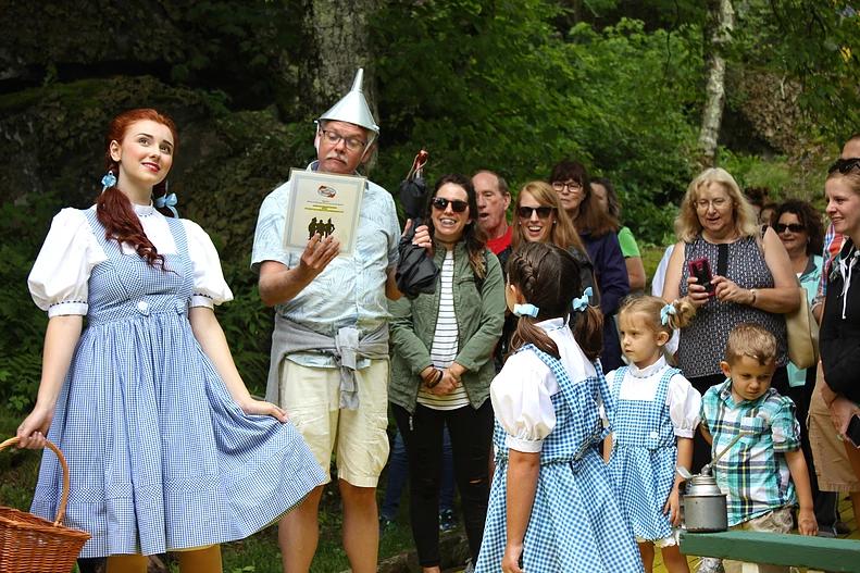 Dorothy com os visitantes do parque Land of Oz (Foto: Divulgação)