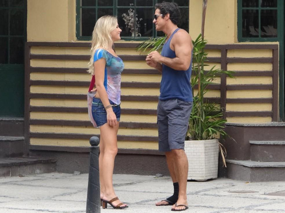 Ferdinand conversa  com  loira que dopou Quinzé  em 'Fina Estampa' — Foto: Globo