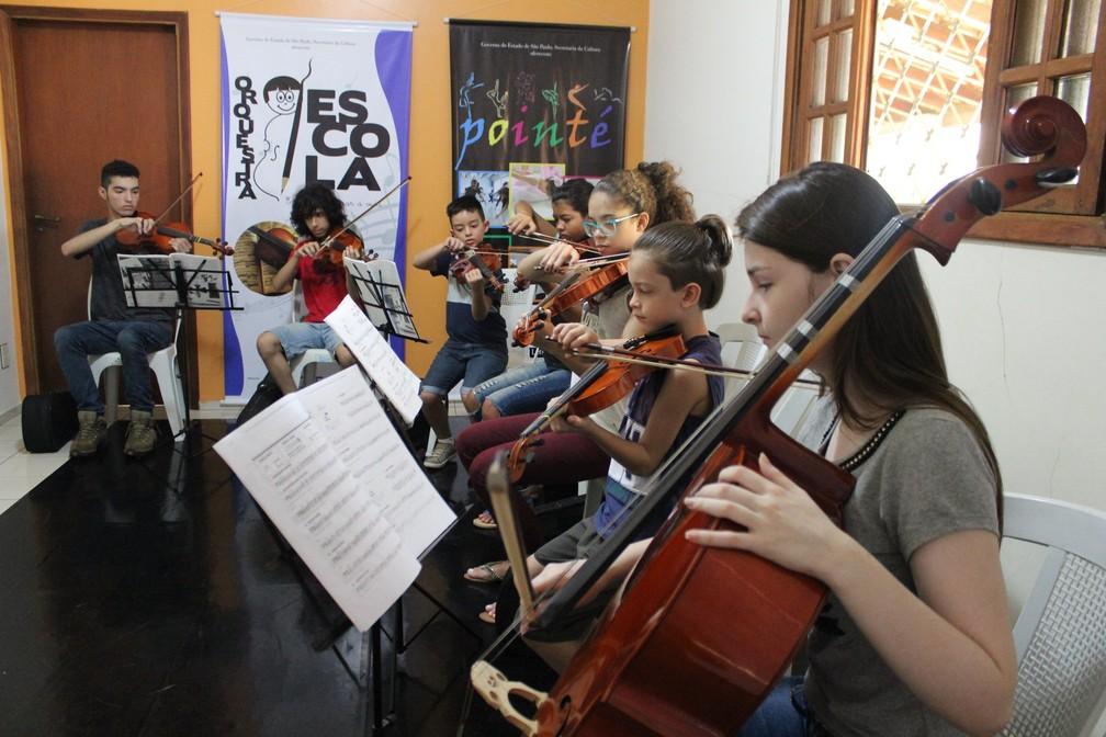 Projeto Orquestra Escola atende crianças e adolescentes em Araraquara e Nova Europa (Foto: Matheus Vieira)