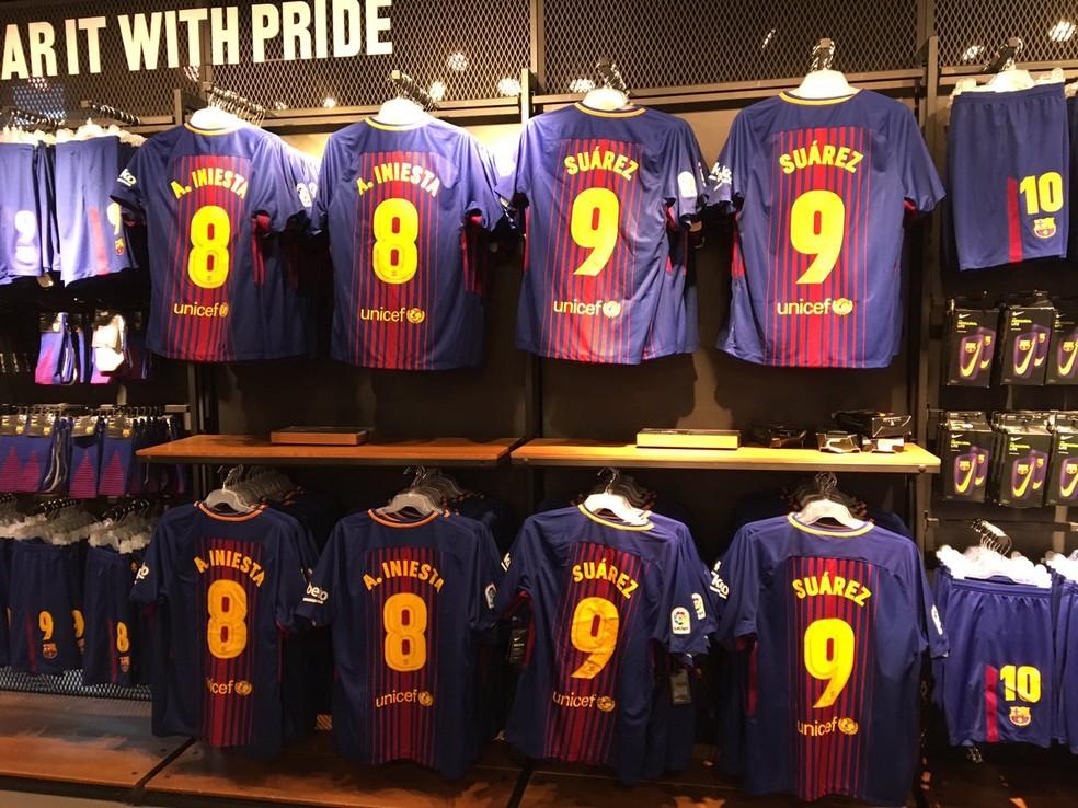 Camisas do Barcelona expostas na loja oficial do Camp Nou sem a 11 de Neymar (Foto: Ivan Raupp/GloboEsporte.com)