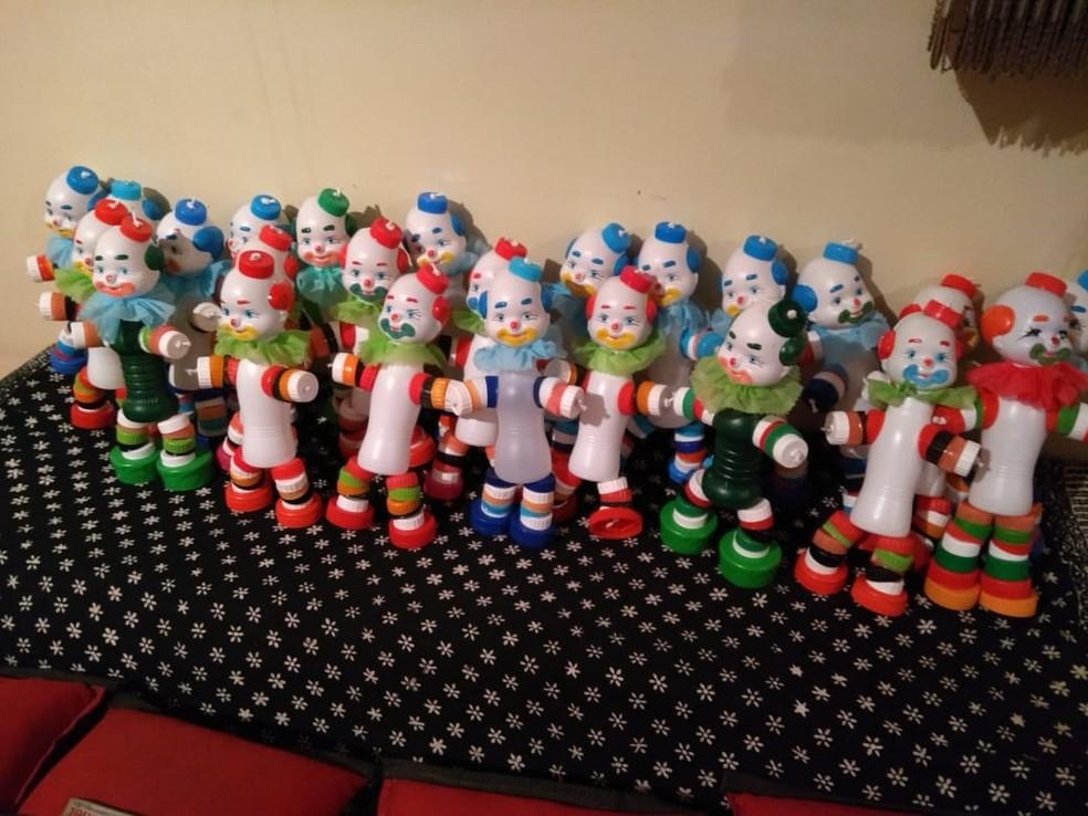 Seu João aproveita o tempo livre para fazer bonecos recicláveis para doação — Foto: Arquivo pessoal/Maura Regina de Carvalho