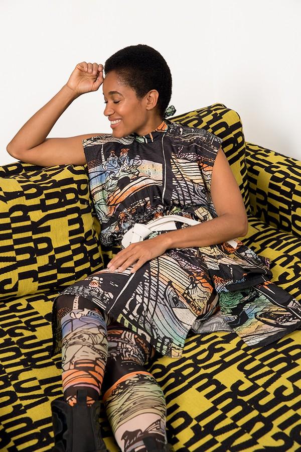 Influencer, sim. Mas longe dos clichês! Tamu usa vestido  e meias da coleção cruise 2018  da Louis Vuitton (Foto: .)