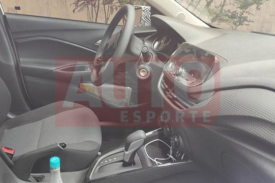 O Chevrolet Onix Sedã terá o painel semelhante a versão chinesa (Foto: William Correa/leitor AE)