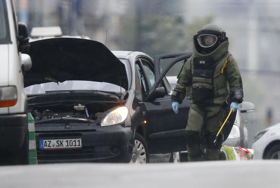 Esquadrão antibomba é chamado para revistar carro em que polícia disparou após perseguição nesta terça-feira (8) (Foto: REUTERS/Francois Lenoir)