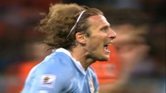 Melhor jogador da Copa de 2010, Forlán anuncia aposentadoria e diz que quer ser treinador