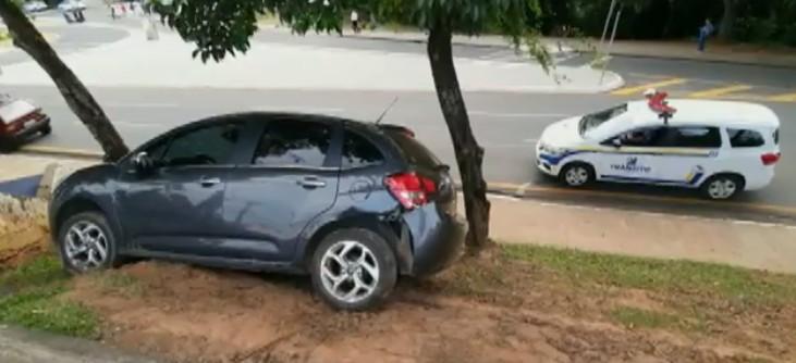 Motorista perde controle da direção do carro e vai parar em canteiro central, em Ponta Grossa