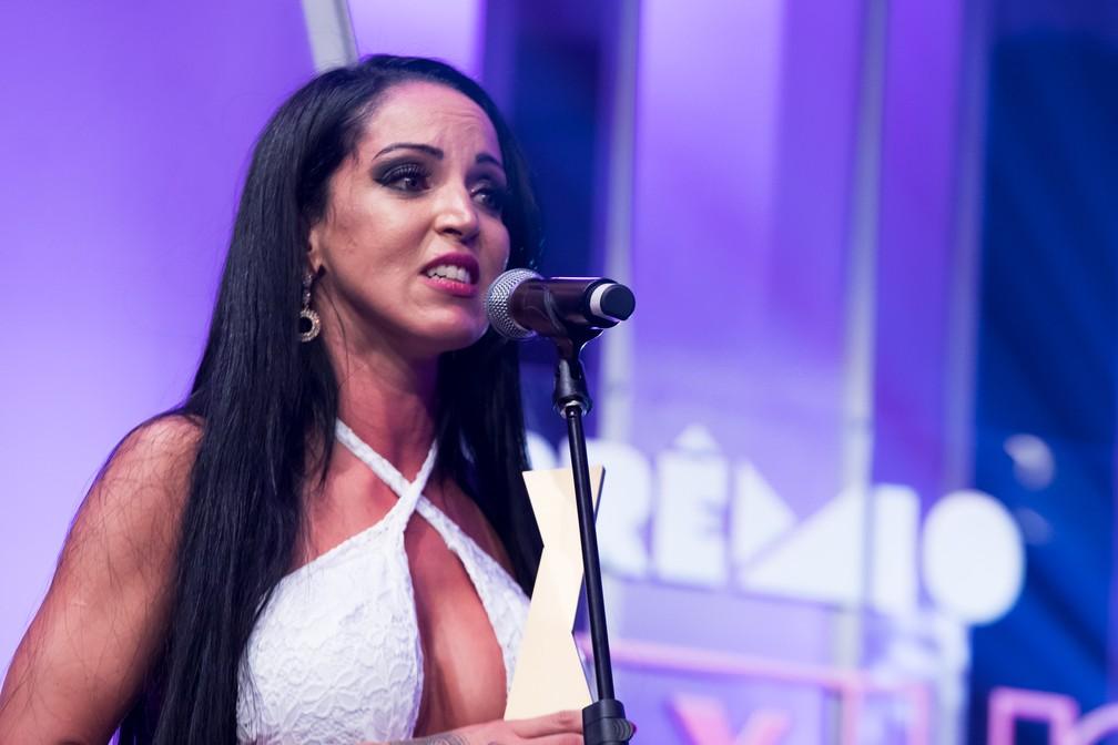 Elisa Sanchez emocionada ao receber o troféu de Melhor Atriz Hétero no Prêmio Sexy Hot 2018 — Foto: Celso Tavares/G1