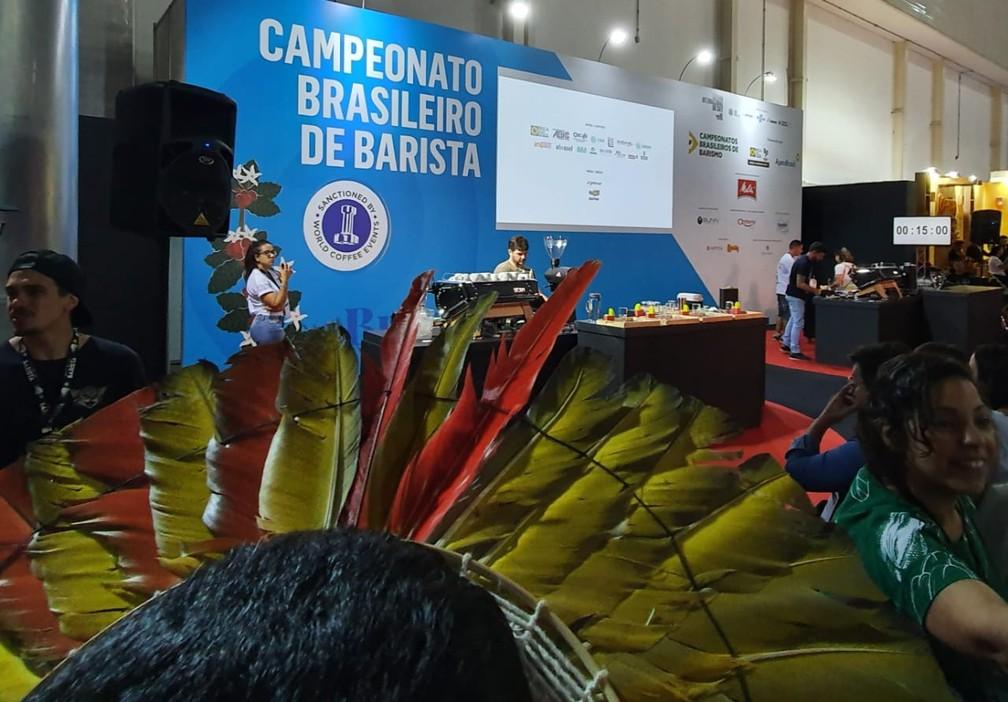 Indígenas acompanharam de perto Léo Moço fazendo drinque com robusta amazônico durante campeonato em Minas Gerais.  — Foto: Renata Silva/Embrapa-RO