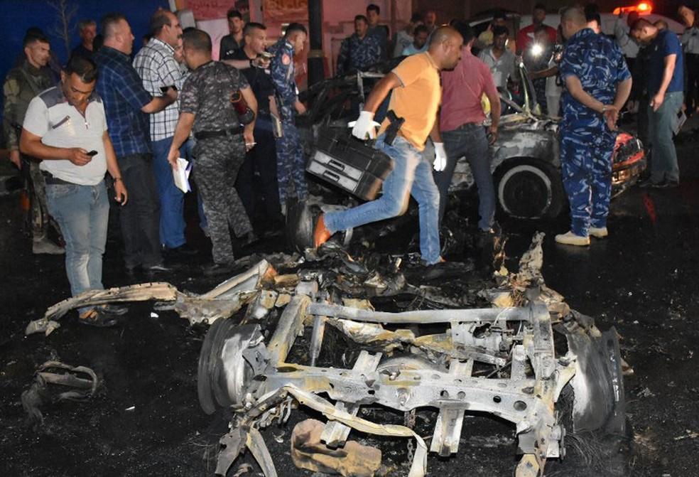 -  Forças de segurança iraquianas inspecionam carro que explodiu na cidade iraquiana de Kirkuk, onde autoridades curdas locais planejam realizar um refe