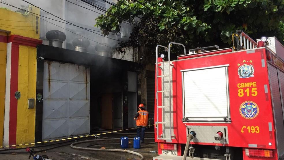 Bombeiros trabalharam em rescaldo de incêndio em galpão na região central do Recife, em 2018 — Foto: Mônica Silveira/TV Globo