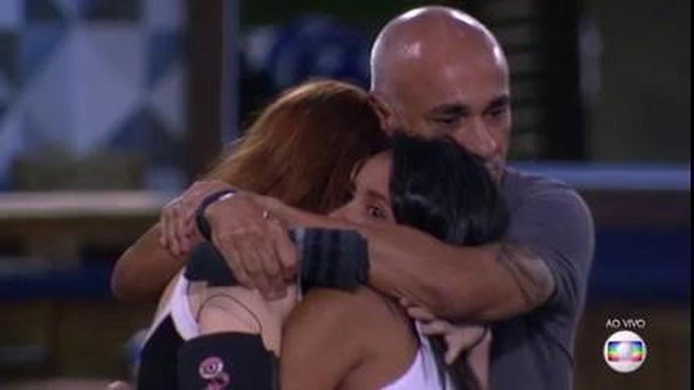 Gleici e família Lima se abraçam (Foto: TV Globo)