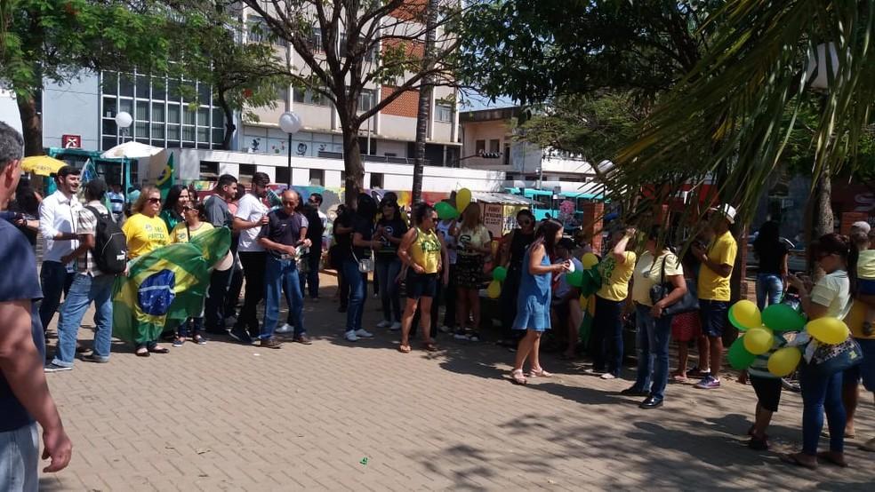MG - Montes Claros: Manifestantes fazem ato a favor de Bolsonaro neste sábado (29) — Foto: Ana Carolina Ferreira/G1