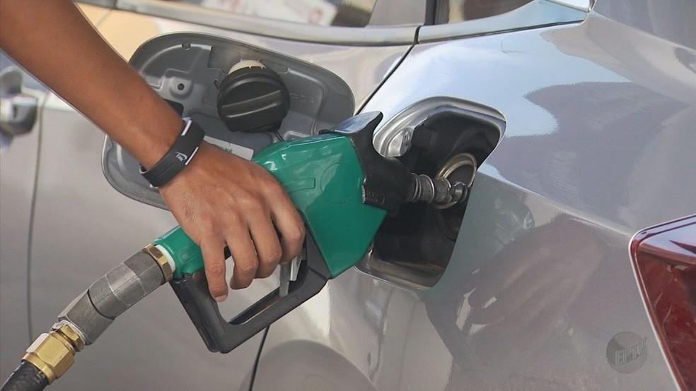 Gasolina pode ser encontrada por até 4,99 nos postos do Ceará, conforme pesquisa da ANP.  — Foto: EPTV/Reprodução