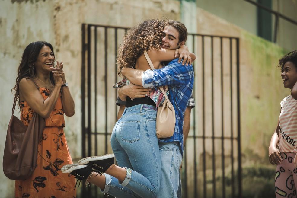 Moana (Giovana Cordeiro) também vai receber João (Rafael Vitti) na saída da prisão, em 'Verão 90' — Foto: Fabiano Battaglin/Gshow