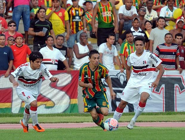 Pimentinha, do Sampaio, jogando no Castelão contra Santa Cruz pela Série C do Brasileiro (Foto: Biaman Prado/O Estado)