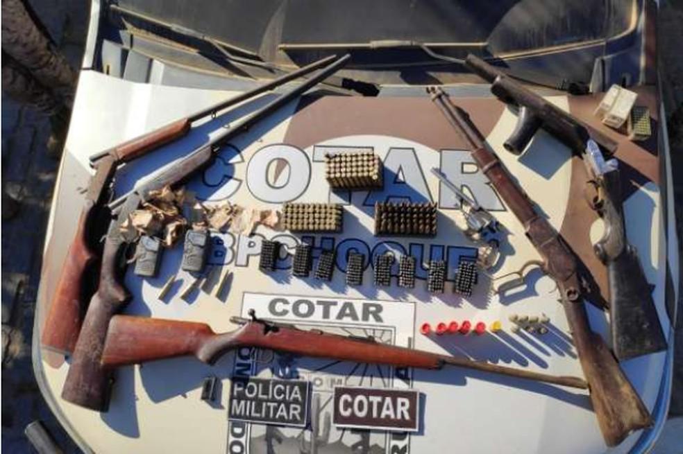 Armas encontradas enterradas em milharal, em Itapiúna. — Foto: Polícia Militar/ Divulgação