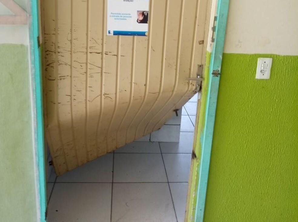 Portas ficaram tortas e outras foram arrombadas em escola (Foto: Luis Anderson Antunes/Divulgação)