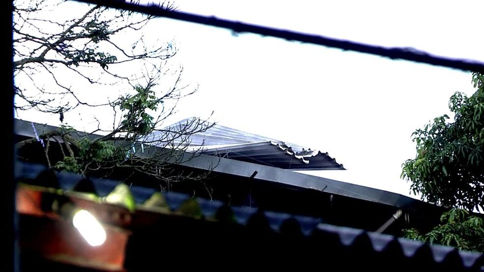 Telhado quebrado na Escola Estadual Dale Cutinho (Foto: Reprodução/TV Globo)