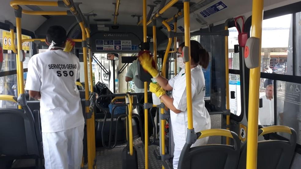 Equipe reforça limpeza dos ônibus em prevenção contra Covid-19 em Pernambuco — Foto: Danilo César/TV Globo