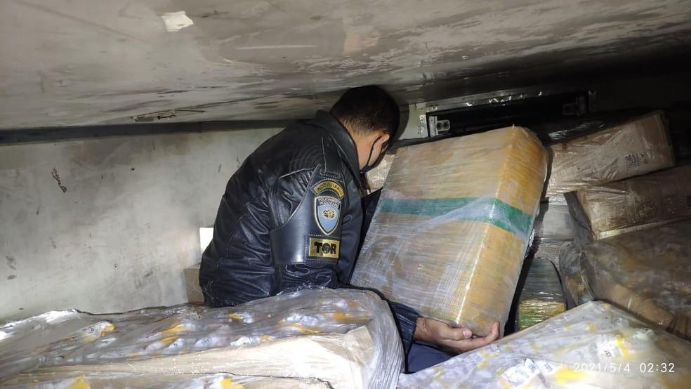 Droga estava no meio da carga de frango congelado e foi apreendida em Palmital  — Foto: Polícia Rodoviária / Divulgação