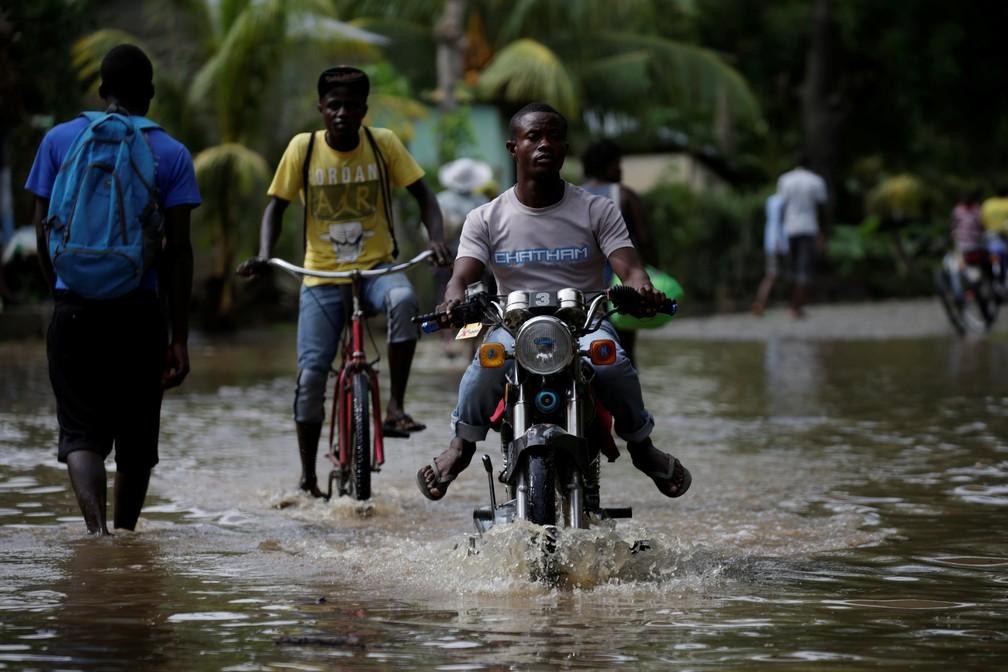 Homem anda de motocicleta no meio de inundação após a passagem do furacão Irma pelo Haiti. (Foto: Andres Martinez Casares/Reuters)