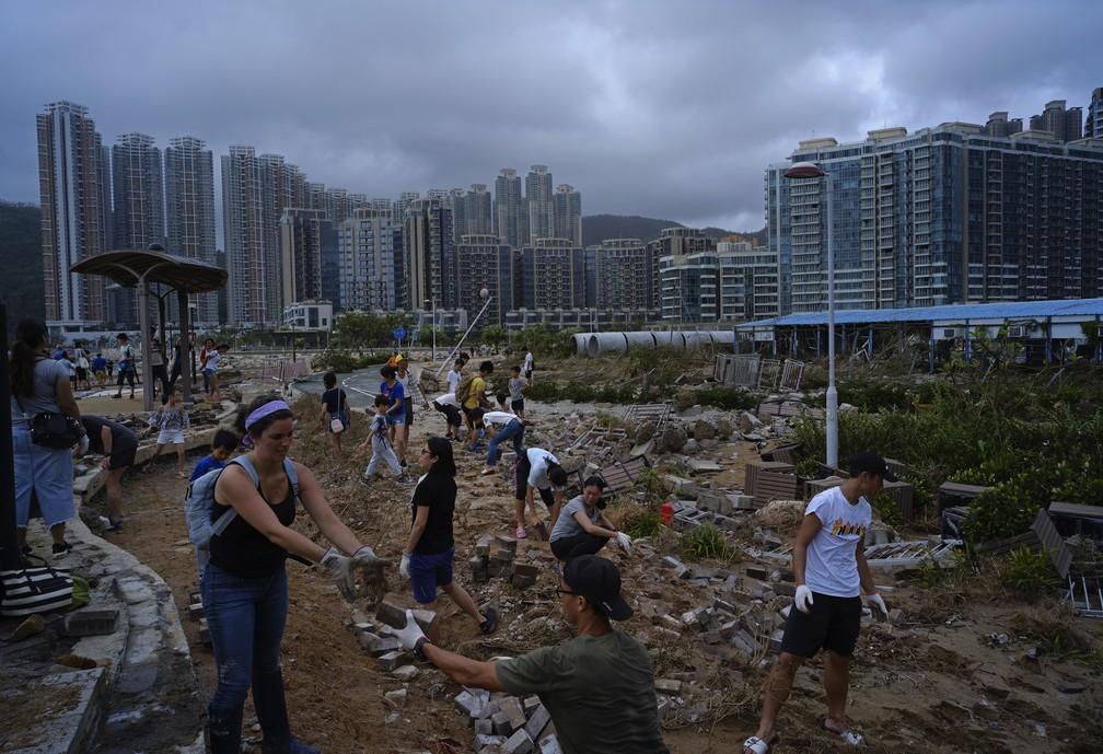 Moradores de Hong Hong tiram destroços de destruição causada pela passagem do tufão Mangkhut nesse final de semana — Foto: AP Photo/Vincent Yu