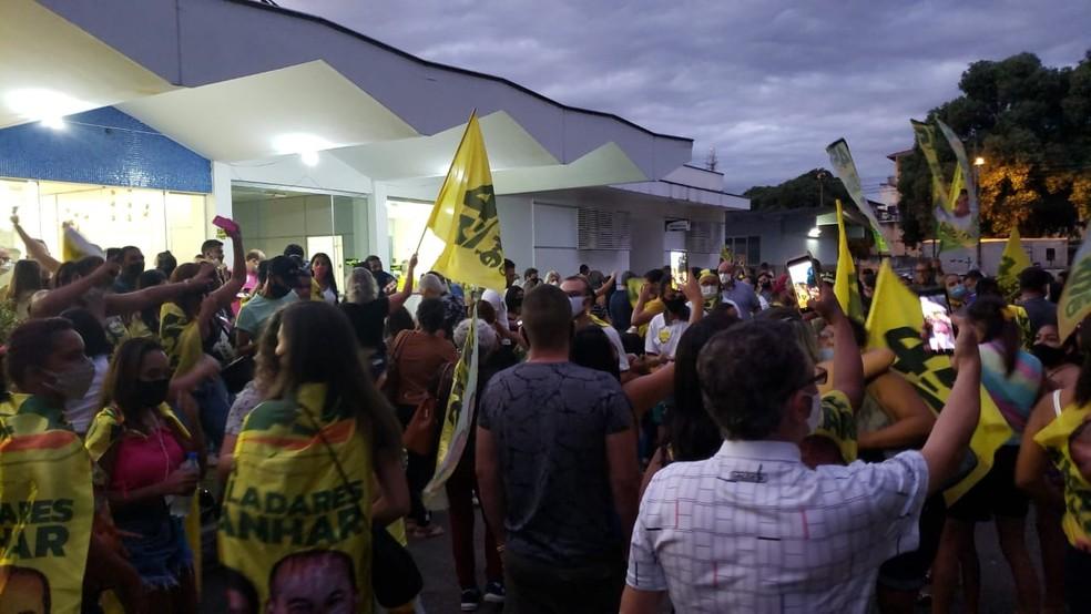 Eleitores comemoram reeleição de André Merlo — Foto: Caio Mourão/Inter TV dos Vales
