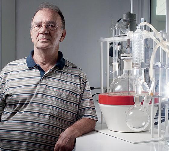 POLÊMICO O químico Gilberto Chierice no laboratório de sua empresa. Ele diz ter descoberto a cura do câncer  (Foto: Rogério Cassimiro/ÉPOCA)
