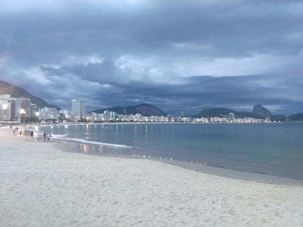 Tempo fechado em Copacabana no início da noite desta terça-feira  — Foto: Marcos Serra Lima/G1