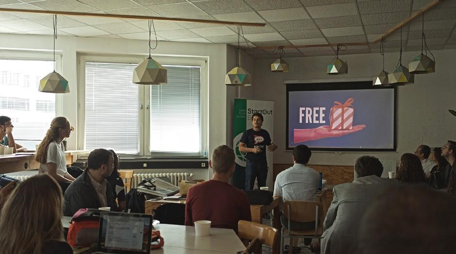 Gabriel Engel, fundador e CEO da Rocket.Chat, apresenta seu pitch na Betahaus, um coworking de Berlim (Foto: Eudes de Santana)
