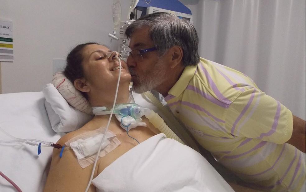 casamento hugo - Paciente que ficou tetraplégica após acidente de carro se casa na UTI de hospital em Goiânia