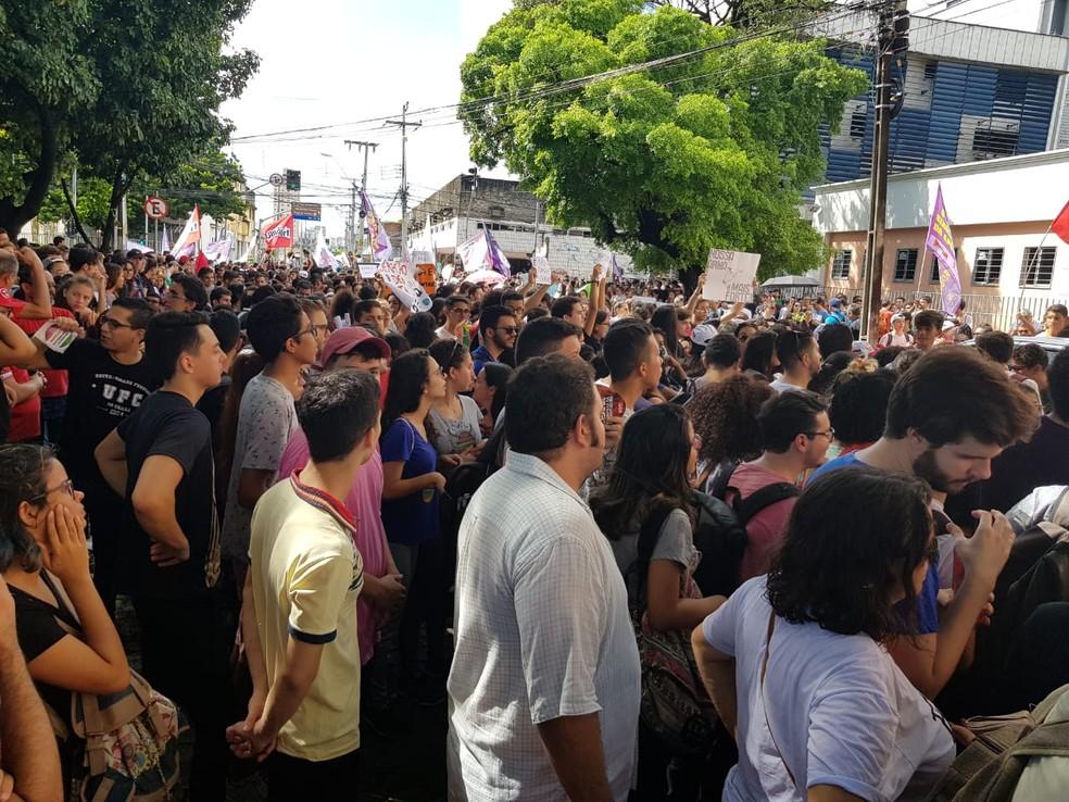 Estudantes, professores e servidores fazem manifestação no Centro de Fortaleza — Foto: Natinho Rodrigues/SVM