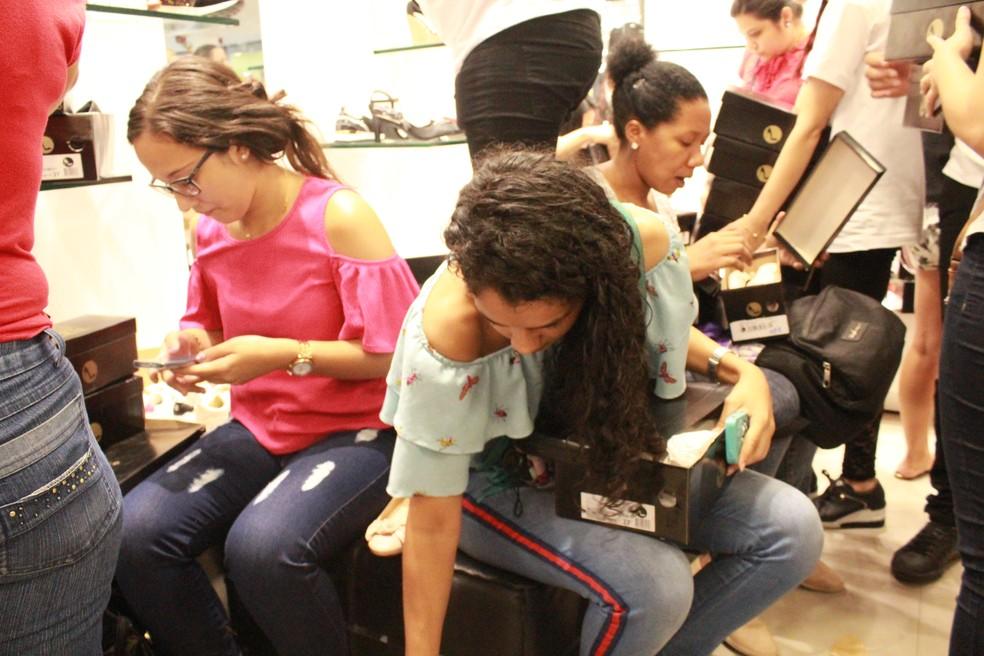 Promoção em loja de calçados levou clientes às filas logo nas primeiras horas do dia — Foto: Eliana Nascimento/G1 Amazonas