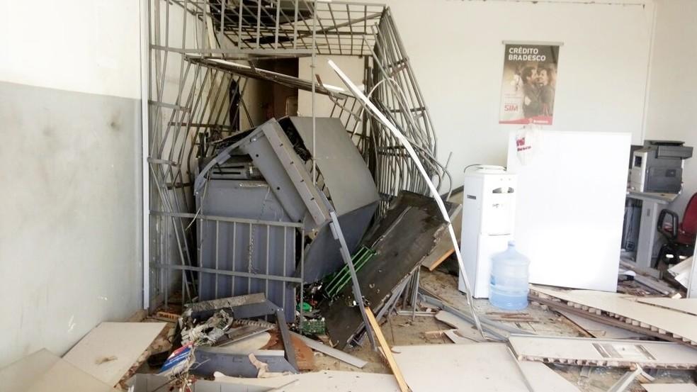 Agência do Bradesco ficou parcialmente destruída com a explosão (Foto: Amauri Rocha)