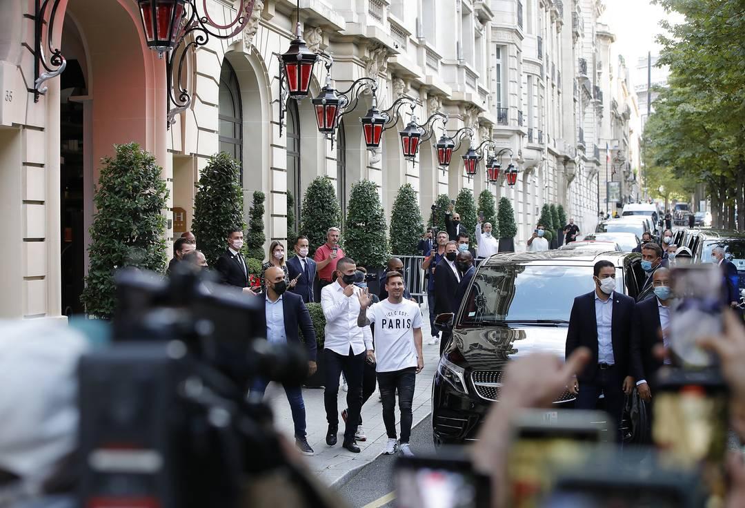 Messi na chegada ao Royal Monceau Hotel, onde sua família está hospedada, em Paris