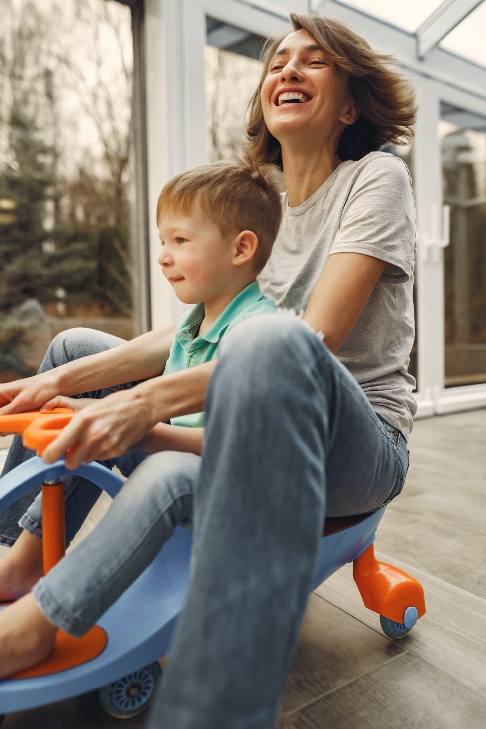 Brincadeiras garantem mais mobilidade e diversão para as crianças, enquanto podem ajudar os pais a aliviar o estresse — Foto: Pexels