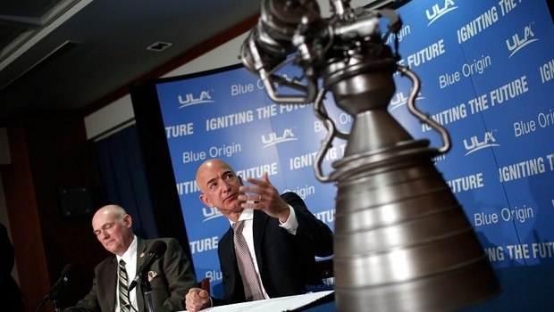 Jeff Bezos, fundador do Blue Origin, aponta para um modelo de motor de foguete durante conferência em Washington DC (Foto: Win McNamee/Getty Images)