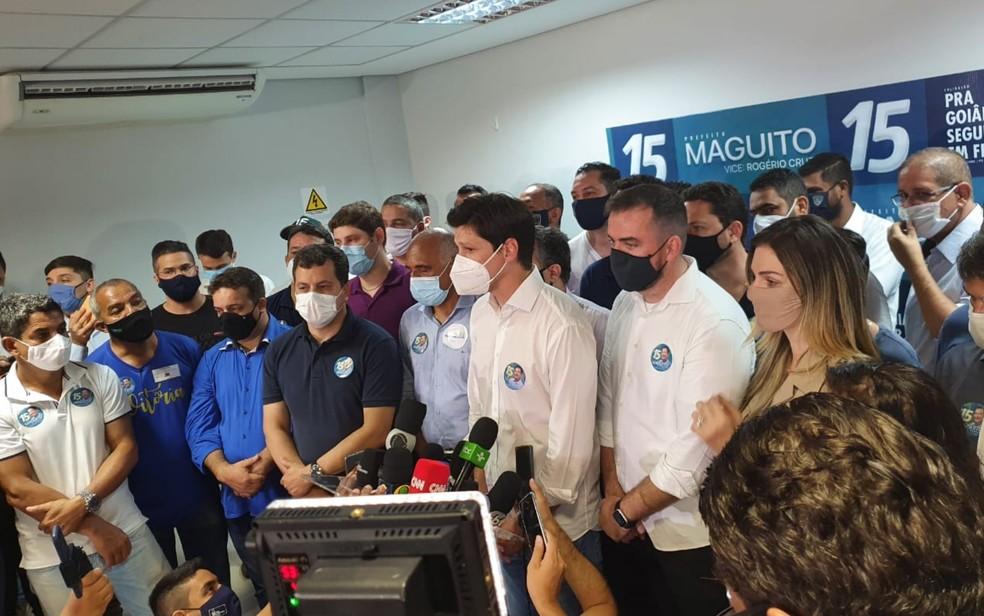 Vice-prefeito Rogério Vilela (de camisa azul) agradece votos dados a Maguito Vilela — Foto: Rafael Oliveira/G1