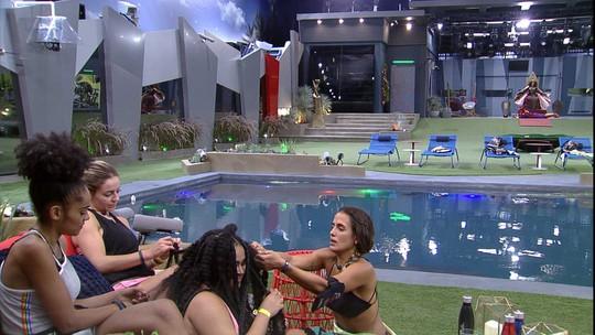 Gabriela canta 'Não Deixe o Samba Morrer' enquanto solta as tranças de Rízia