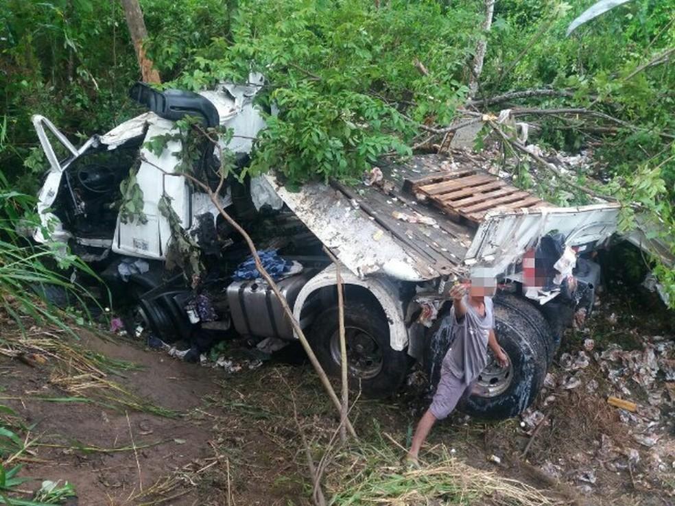 Caminhão ficou destruído após o acidente na BR-101, em Xexéu (Foto: PRF/Divulgação)
