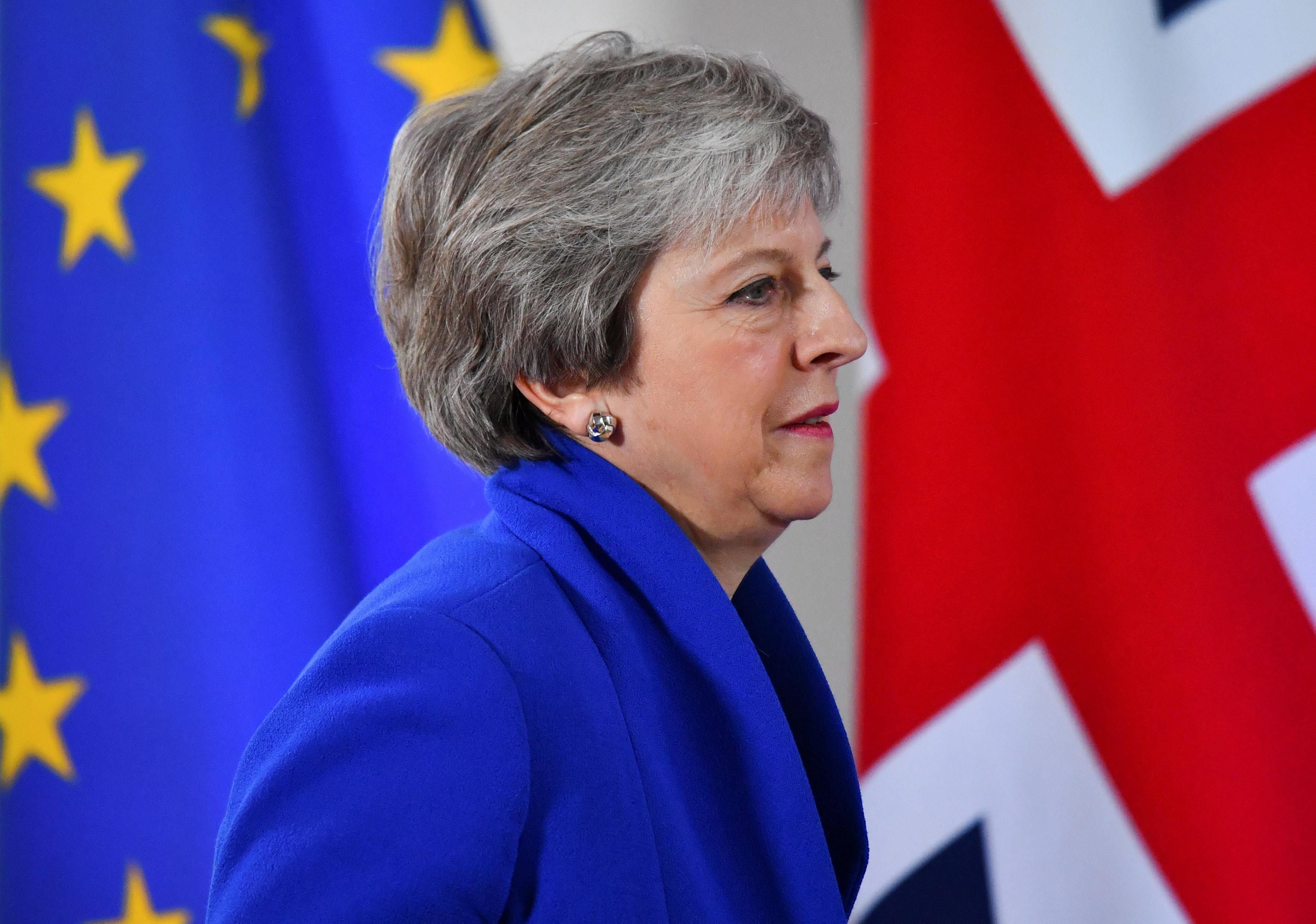 bc4498dc31e84 Parlamento Britânico votará acordo em 11 de dezembro, mas aprovação  encontrará dificuldades. Theresa May, premiê britânica, entre as bandeiras  da União ...