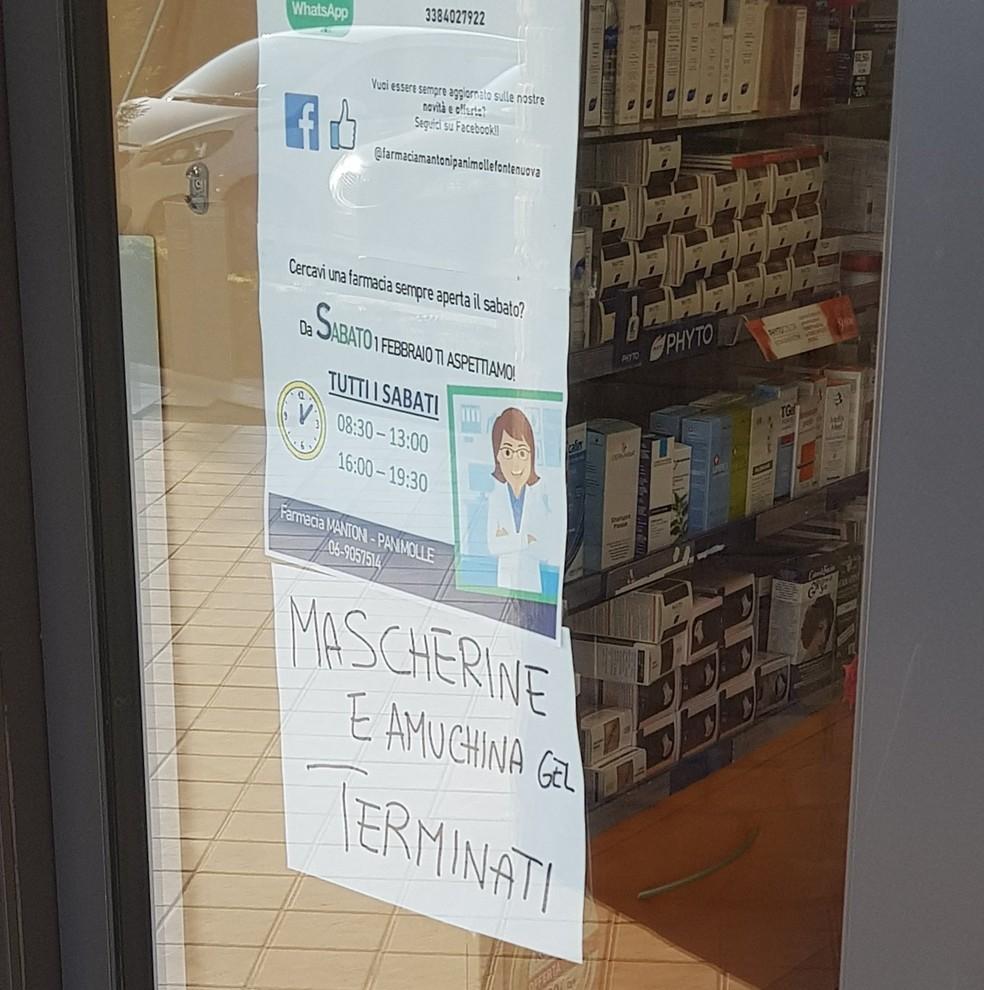 Farmácia em Roma anuncia que não tem mais máscaras de proteção e álcool em gel para vender — Foto: Carolina Cleto/Acervo Pessoal