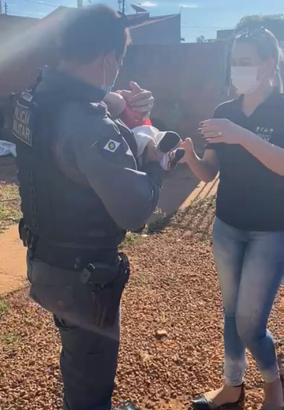 Bebê resgatado foi entregue ao Conselho Tutelar — Foto: Reprodução