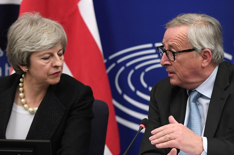 Presidente da Comissão Européia, Jean-Claude Juncker, e a primeira-ministra britânica, Theresa May, deram uma entrevista coletiva após a reunião em Estrasburgo, na segunda-feira (11)  — Foto: Frederick Florin / AFP