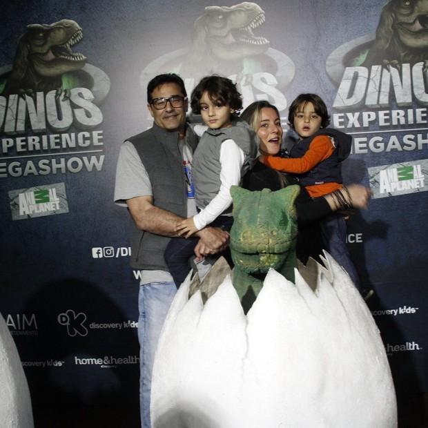 Luciano Szafir com Davie e Mikael e a mulher, Luhanna Melloni (Foto: Brazil news / Marcos Fereira)