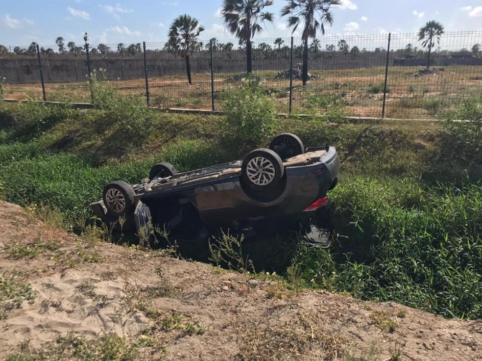 Automóvel caiu dentro de um córrego às margens da rodovia CE-090, em Caucaia — Foto: Aline Oliveira/Sistema Verdes Mares