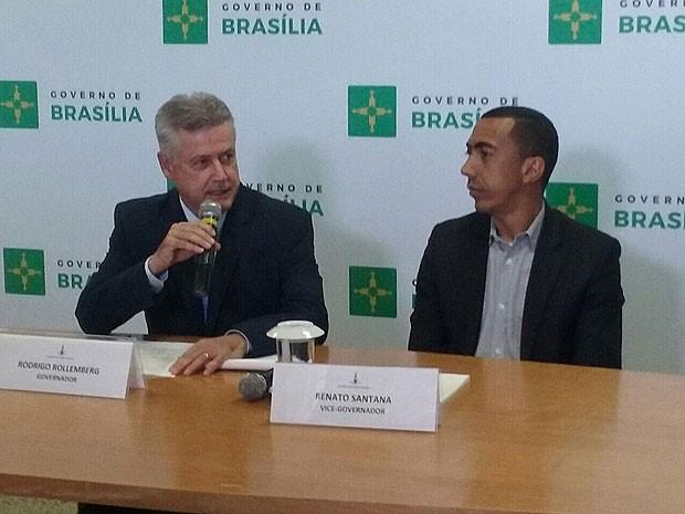 O governador Rodrigo Rollemberg ao lado do vice, Renato Santana, durante anúncio de medidas para contenção de gastos do governo (Foto: Isabella Formiga/G1)